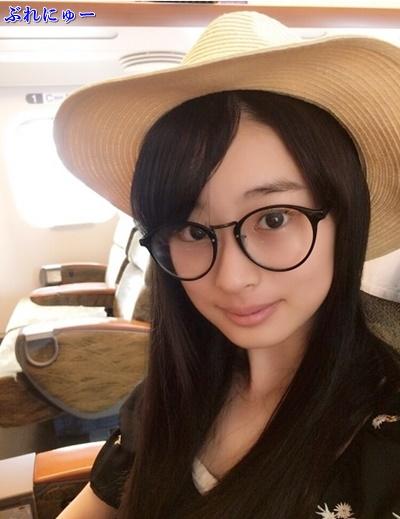 眼鏡をかけた井本彩花